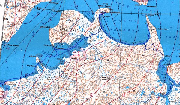 Синяя полоска — наш трек. Посёлок Нордвик находится в верхней части карты — п-ов Урюнг-Тумус. Интересно, что посёлок расположен ровно на 74-ой параллели. Вот прям заезжаешь туда, и на навигаторе загораются цифры 74°00′00″.