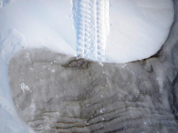 Такой снег только топором можно взять. И то с трудом, и топор затупится.