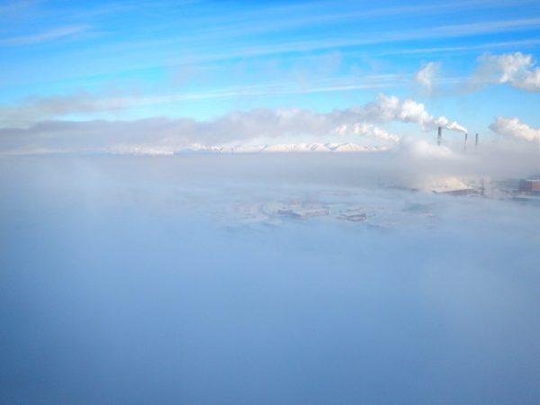 Если приглядеться, то на заднем плане видны горы, залитые солнцем и окруженные чистейшим воздухом. А город… Город где-то там внизу, в дыму.
