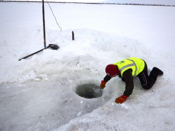 Набираем водичку в майне посёлка Катырык. Обратите внимание на одежду штурмана. Дело в том, что есть у нас такой небольшой бзик — постоянно во всём пытаться совершенствоваться, что-то оптимизировать, делать максимально комфортными и наиболее продуктивными наши поездки по Арктике. Так вот с этого года мы ввели в практику обязательный жилет и штаны со световозвращающими полосками у штурмана. Безопасность — она превыше всего.