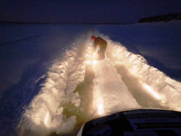 И начинаются приключения с пешнями и лопатами., потому что у Камазов дорожный просвет немножечко больше нашего.