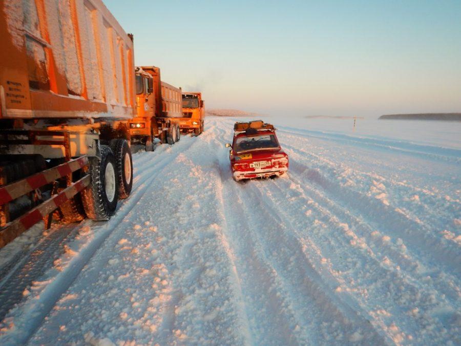 При разъезде со встречными машинами приходилось спрыгивать с накатанной колеи в глубокий снег.